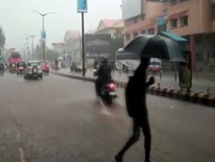 Mumbai witnesses heavy rainfall; water logging, traffic jam reported